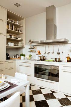 Memoria y renovación en la cocina    Entra en esta cocina del Eixample barcelonés. Renovada y funcional, conserva la estética del Modernismo. ¡Y con una gran barra de desayunos!
