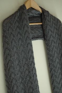 Des tuto sympa et gratuit sur ce site en français Knitting Stitches, Knitting Patterns, Knitting Scarves, Knit Crochet, Crochet Hats, Hand Knit Scarf, How To Purl Knit, Knitting Accessories, Garter Stitch