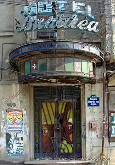 Art Deco doorway glass canopy, Hotel Dunarea, built in the Gara de Nord area, Bucharest (©Valentin Mandache) Art Deco Hotel, Shade Canopy, Art Deco Glass, Historic Homes, Rustic Chic, Abandoned Places, Art Deco Fashion, Doorway, Art Nouveau