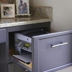#dicabárbara Não tem espaço para colocar sua impressora em cima da mesa? Coloque-a dentro da gaveta do seu escritório e ganhe mais espaço Pensar em outras possibilidades além das convencionais, fará com que você aproveite os seus espaços de forma mais útil. (Foto: Pinterest)
