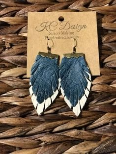 Artículos similares a Small clamp double feather, genuine leather earrings, en Etsy Small clamp double feather genuine leather earrings Denim Earrings, Diy Leather Earrings, Fabric Earrings, Fabric Jewelry, Leather Jewelry, Leather Craft, Etsy Earrings, Beaded Jewelry, Star Jewelry