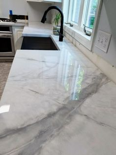 Epoxy-Arbeitsplatte DIY marble worktops with epoxy - leave a light on Designing Your Home Office Art Stone Coat Countertop, Refinish Countertops, Epoxy Countertop, Marble Kitchen Countertops, Marble Worktops, Countertop Makeover, Home Renovation, Home Remodeling, Live Edge Tisch