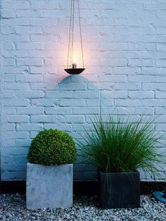 Havedesigneren, Anders Mårtensson, anlagde en ny have, der på trods af fraværet af græs er en rumopdelt grøn oase i en stram arkitektonisk stil, der bærer præg af en kraftig japansk inspiration.