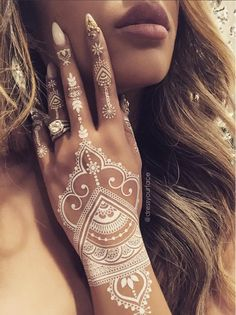 Another flawless henna sheet designed by Tamanna Roashan, AKA @DressYourFace! And this time, in WHITE! This set features intricate traditional henna designs whi