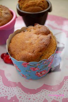 Yumuşacık pastane usulü nefis kekler..Çok beğendim ben ,umarım siz de deneyip memnun kalırsınız..:) Tarif için Nursevin hanıma çok teşekkür ediyorum..  Malzemeler:(8 adet) 3 adet yumurta 1 su bardağı toz şeker 200 gr tereyağı (Oda sıcaklığında) 2,5 su bardağı un 1 portakal veya limon kabuğu rendesi 1 paket kabartma tozu 1 paket. vanilya 1 su …