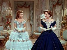 Sissi links op het bal als bekend wordt dat Franz met haar wil trouwen  Rechts aartshertogin Sophie de moeder van Franz