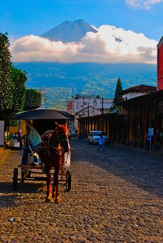 Below the Volcano Antigua Guatemala por Chris Taylor - I miss Antigua so much!