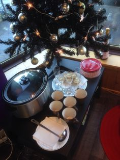 In the salon on xmas eve, mulled wine, pink champagne,mince pies and those lovely ginger thins from ikea. Mmmmmmm!!! Like to treat my clients..........