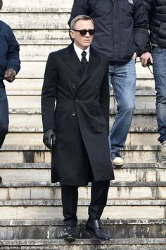 James Bond wore this amazing double-breasted coat in Spectre. Daniel Craig got the chance to wear this coat in Rome as James Bond James Bond 007 Spectre, James Bond Suit, Bond Suits, James Bond Style, New James Bond, Daniel Craig James Bond, Craig 007, Craig Bond, Outfits Casual