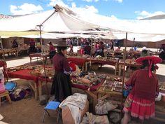 Verkäuferinen in typischer Kleidung auf einem Markt in Peru.