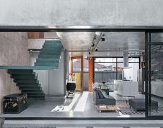 Philip-Scroback-hormigón armado-casa-de color verde azulado de hormigón y escaleras