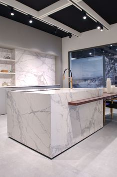 Calacatta is one of the FLORIM stone marble choices that dominates the space with elegance and uncompromising functionality. Elegant Kitchens, Cool Kitchens, Porcelain Countertops, Luxury Interior, Interior Design, Calacatta, Kitchen Flooring, Crystal Necklace, Kitchen Design