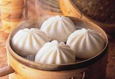 Ba bau an banh bao Steamed Chicken, Steamed Buns, Steamed Tofu, Banh Bao Recipe, Scallion Pancakes Chinese, Vegan Thermomix, Chinese Dumplings, Crispy Pork, Hoisin Sauce
