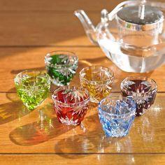 「菊花文ぐい吞」の6客揃えです。 お正月やお誕生日など、ホームパーティに華を添える6客揃え。桐箱に入れた形で用意して、客人に好きな色を選んでもらう、というのがおすすめの使い方です。 小ぶりで可愛らしいサイズ感なので、薬味やソースを入れて御料理に添えても、素敵です。 Miniature Kitchen, Miniature Dolls, Cut Glass, Glass Art, Glass Photo, Dollhouse Accessories, Cute Little Things, Stones And Crystals, Tea Set