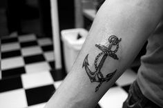 Anchor tattoo is welcome as it's meanings, can tattoo for women and men, and also can tattoo on your body anywhere as you like. Sometimes simple anchor tattoo Anchor Tattoo Men, Anker Tattoo Design, Tattoo Designs, Tattoo Ideas, Henna Designs, Style Marin, Cute Tattoos, Tatoos, Twin Tattoos