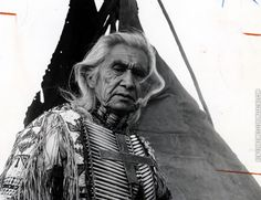 Chief Dan George (July 1899 – September was a chief of the Tsleil-Waututh Nation, a Coast Salish band located on Burrard Inlet in North Vancouver, British Columbia, Canada. Native American Images, Native American Wisdom, Native American History, Native American Indians, Chief Dan George, Actor Secundario, Nostalgia, We Are The World, Native Indian