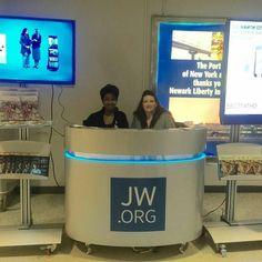 Newark International Airport Newark NJ USA. Thank you @chava0805  #jw #jwonly #jwfriends #jwfamily #jwpreaching #jwservice #jwpioneer #jwministry #jworg #jwglobal #jehovah #jehovahswitnesses #jeova #testemunhasdejeova #jehova #testigosdejehova #publicwitnessing #testemunhopublico #predicacionpublica #cartwitnessing