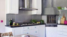 ENKELT: Kjøkkenet har Linda pusset opp kun med maling på kjøkkeninnredningen og flisene. I tillegg har hun byttet ut knottene på skapet og farget lysbryteren på veggen.