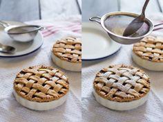 lattice apple pie dusting with sugar