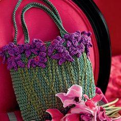 sac à main crocheté vert décoré de fleurs cyclamens en crochet - they almost look like violets.