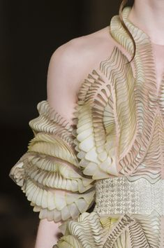 I'm dressed as a colon for Halloween Iris Van Herpen at Couture Spring 2018 - Details Runway Photos 3d Fashion, High End Fashion, Fashion Details, Couture Fashion, Trendy Fashion, Ideias Fashion, Fashion Show, Fashion Design, Fashion Spring
