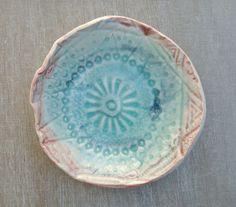 Coupelle bleu turquoise et rouge, en porcelaine émaillée, à l'intérieur l'empreinte en relief de la dentelle. 19 € O'Erine