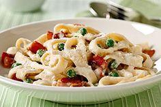 Utilizar queso crema es el atajo con que se prepara esta clásica salsa italiana. El tocino (tocineta) realza el sabor. Con tan solo 20 minutos de preparación, es el platillo perfecto para esas noches de ajetreo.