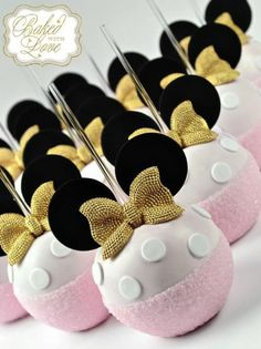 Royal Minnie Mouse chocolate covered apples for a little princess' birthday celebration! Minni Mouse Cake, Minnie Mouse Cake Pops, Minnie Mouse Theme, Disney Desserts, Disney Cakes, Cakepops, Gourmet Candy Apples, Chocolate Covered Apples, Friends Cake