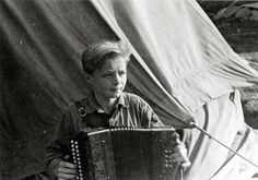 bdm-88:  Hitlerjunge aus Bensheim im Zeltlager mit Ziehharmonika, 1935.