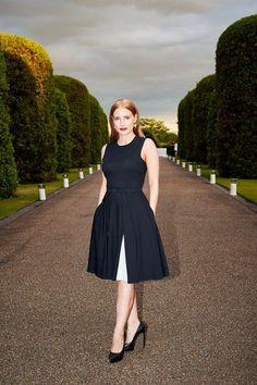 Jessica Chastain rayonne dans sa robe noire Ralph Lauren lors de la garden-party d'été de Wimbledon organisée par RL et Vogue