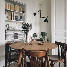 Both Hannah's apartment and cottage are so charming that she is our new favorite! Dining Room Inspiration, Home Decor Inspiration, Home Interior Design, Interior Architecture, Dining Room Design, Apartment Living, Home And Living, Home Kitchens, Living Spaces