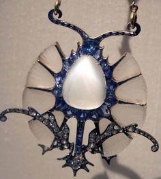 René Lalique - Pendentif 'Chardon' - Or, Pierre de Lune, Saphirs, Diamants et Verre - 1898-1900