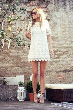 Mode-Bloggerin Daisy kommt aus Deutschland und zeigt auf ihrem Blog The Mandarine Girl viele inspirierende Streetstyles und DIY-Ideen. Besonders gut gefällt uns dieser süße Look mit Spitzenkleid im 60er Jahre Stil (von Chicwish), großer Sonnenbrille und zarten Sandaletten (von Asos).
