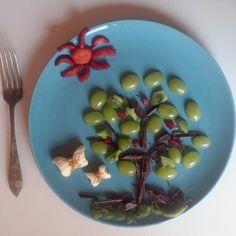 """La vigna evoluta ( #grapes + #bananas + #kiwi + #strawberry + #chocolate ) #foodart #fruit #ricoysano #desayuno #breakfast #colazione"""