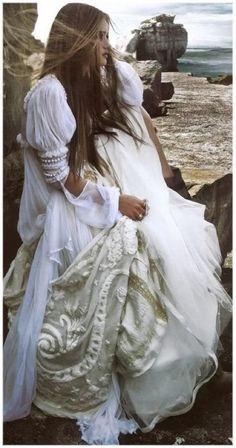 Vintage style wedding gown and hair to match | Inspiración looks de #novias y #bodas #bohochic  #fashion #hippy #hippie #etnico #etnic #bohemian ☼ ☼ Preciosas Indígenas Joyas ☼ ☼ para descubrir nuestras joyas visita nuestra #tiendaonline http://www.preciosasindigenas.com/ ☼