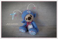 Petite luciole imaginaire en laine cardée, bleue et rose vif