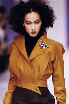 Best Fashion Look : Pat Cleveland, Thierry Mugler F/W 1988 - Tailoring advanced - vintage Diy 80's Fashion, Grunge Fashion, Retro Fashion, Runway Fashion, Vintage Fashion, Fashion Looks, Fashion Beauty, Fashion Design, 1990s Fashion Women