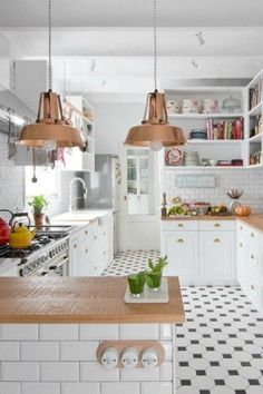 Copper kitchen highlights in a Barcelona Apartment by Espacio En Blanco design studio. Photographs by Nina Antoni Eclectic Kitchen, New Kitchen, Kitchen Interior, Home Interior Design, Kitchen Dining, Kitchen Floor Tiles, Happy Kitchen, Family Kitchen, Design Your Home