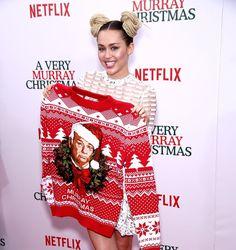 """Pin for Later: Seht wie die Stars die Weihnachtssaison einläuten Miley Cyrus präsentierte einen schrecklich-schönen Weihnachtspullover bei der Premiere des Films """"A Very Murray Christmas"""""""