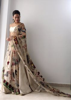 Stylish Bridal Dupatta Designs every Bride Must Check Out Right Now! Indian Wedding Fashion, Indian Wedding Outfits, Indian Outfits, Indian Fashion, Women's Fashion, Wedding Dresses, Fashion Tips, Bridal Dupatta, Designer Bridal Lehenga