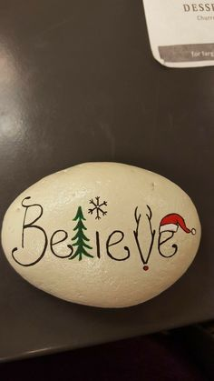 easy painting rock ideas paintings christmas Easy Paint Rock For Try at Home (Stone Art & Rock Painting Ideas) Stone Crafts, Rock Crafts, Christmas Projects, Holiday Crafts, Diy Crafts, Fall Crafts, Stone Painting, Diy Painting, Pebble Painting
