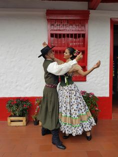 Traje típico de chacarera, folclor Argentino Small World, Folklore, Culture, Traditional, South America, Exercise, Gypsy Girls, Templates, Outfits