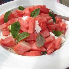 Σαλάτα καρπούζι με τυρί φέτα και δυόσμο, είναι μια παραδοσιακή δροσερή Ελληνική σαλάτα