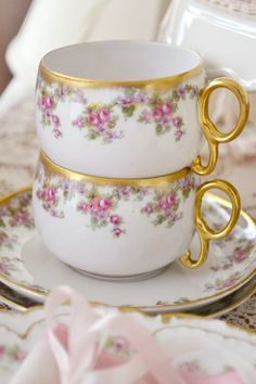 Jennelise: China Lover Note from Susan: These cups are like but are roses rather than mauve clematis like Gt. Vintage China, Vintage Tea, Vintage Cups, Silver Tea Set, China Tea Cups, Teapots And Cups, My Cup Of Tea, Coffee Set, It Goes On