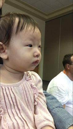 처음으로 도서관에서 진행하는 baby time class에 데리고 갔다. 수요일에 20분동안 진행된다. 아무리 공짜라도 한국에서는 가당치도 않을 수업(교사)의 질이었어서 실망스러웠다. 소은이는 수업 시작 전과 20분 수업동안 이렇게 긴장해 있더니 수업이 끝나니 적응이 됐는지 교실을 막 기어다녔다.