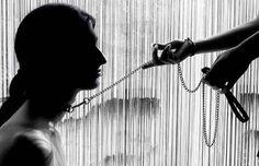 """Bdsm Slave e il piacere della sottomissione. Intervista Si definiscono """"slave"""" (""""schiavi"""") e affidano mente e corpo alla cosidde slave bdsm mistress masochismo"""