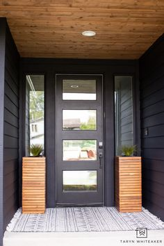 Modern Spring Porch With Black Exterior - Taryn Whiteaker Patio Wall Decor, Outdoor Wall Art, Outdoor Walls, Outdoor Spaces, Outdoor Living, Porch Makeover, Exterior Makeover, Black Exterior, Exterior Design