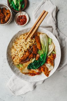 Delicious and easy to make Vegan Ramen with all the fixings and toppings that are loaded with flavour and healthy benefits. Peanut Butter Ramen, Traditional Ramen, Low Carb Brasil, Vegetarian Recipes, Healthy Recipes, Healthy Food, Whole30 Recipes, Healthy Desserts, Crockpot Recipes