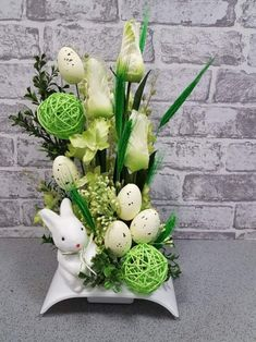 Easter Flower Decorations & Centerpieces that'll spreads the festive charm in the most beautiful way - Hike n Dip, Diy Abschnitt, Easter Flower Arrangements, Easter Flowers, Easter Tree, Easter Wreaths, Floral Arrangements, Easter Eggs, Easter Table Decorations, Flower Decorations, Easter Centerpiece