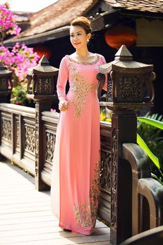 Indian Gowns Dresses, Indian Outfits, Formal Dresses, Vietnamese Traditional Dress, Vietnamese Dress, Abaya Fashion, Indian Fashion, Women's Fashion, Traditional Gowns